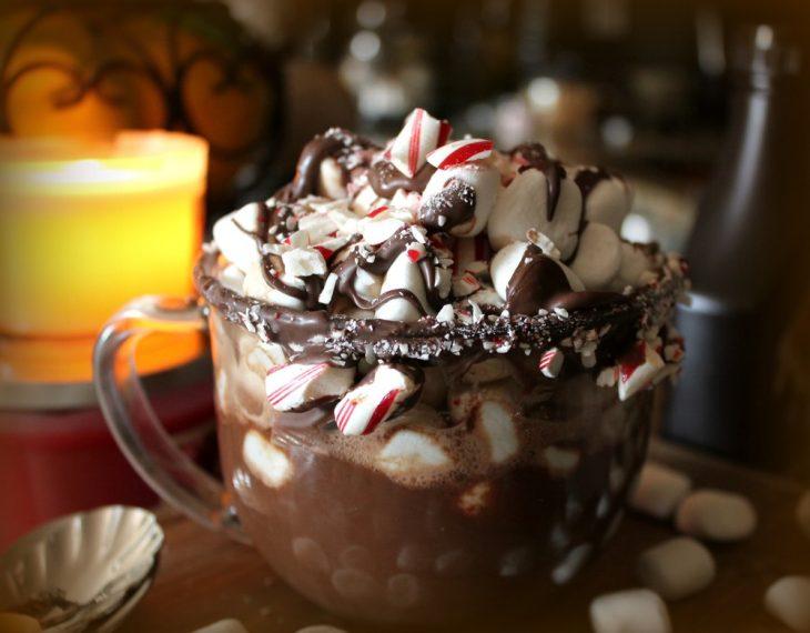 taza transparente con chocolate caliente y malvaviscos