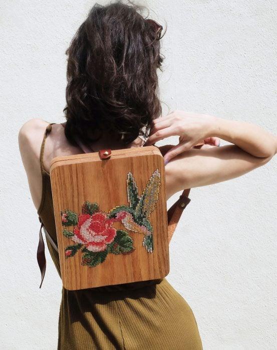 bolso de madera bordado con rosa y colibri