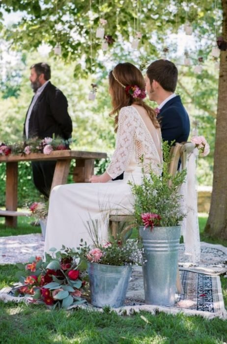 Imagen de una boda sencilla en el campo.
