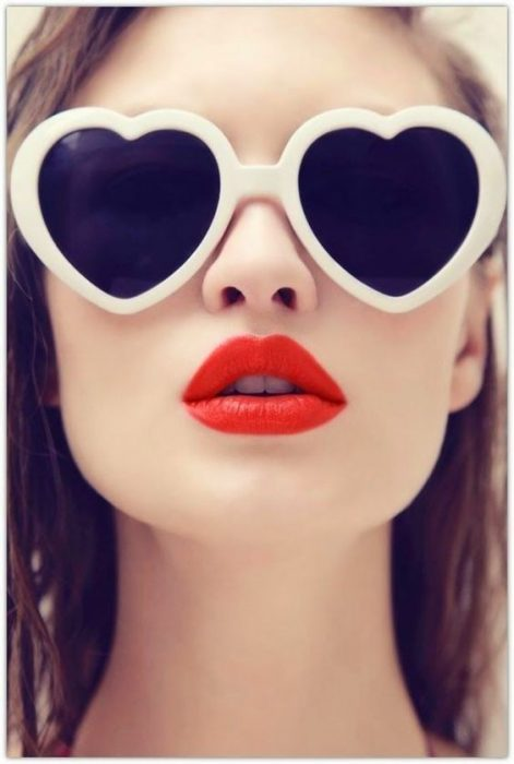Mujer con lentes de corazón.