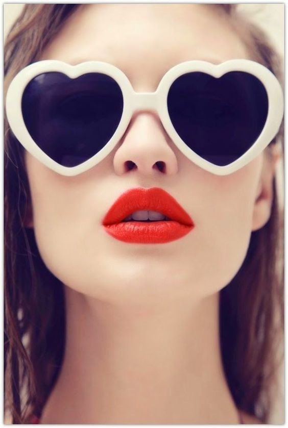 899943c555 Reese Witherspoon regresa a la moda de lentes de corazones