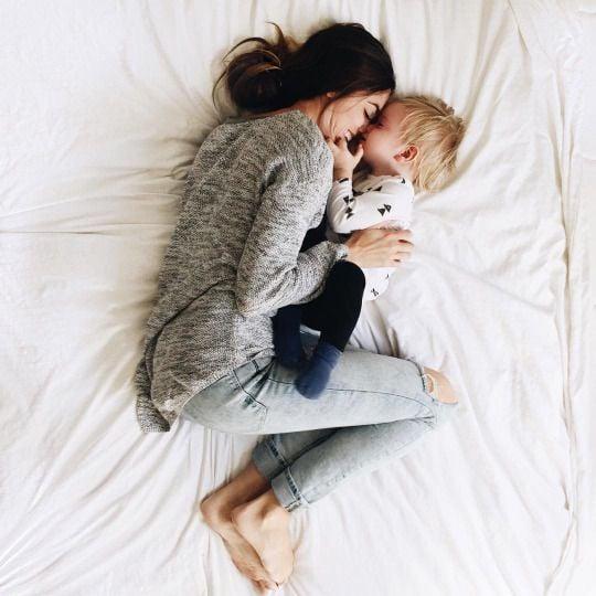 Mamá e hijo abrazándose.