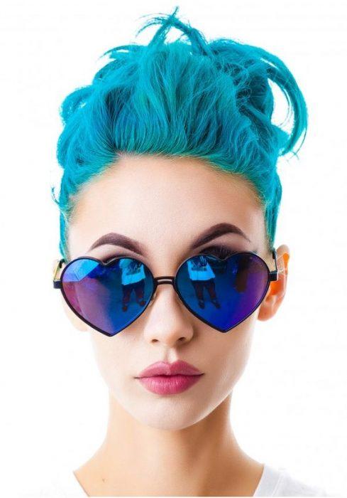 Mujer con lentes de corazón azules.