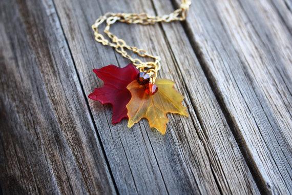 Collar de hojas de maple.