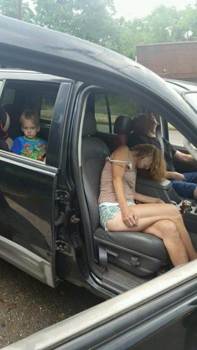 Fotografías de la pareja y el niño dentro del vehículo.