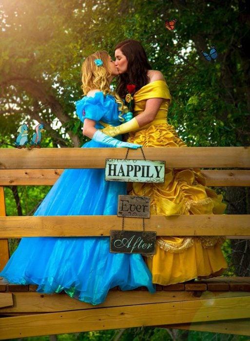 pareja gay vestidas de princesas se besan