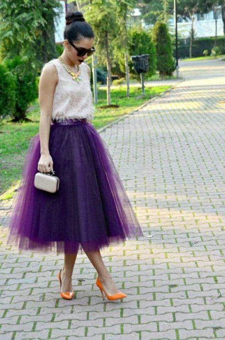 mujer con falda de tull morado y tacones