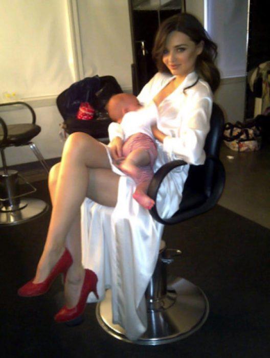 mujer sentada amamantando bebe