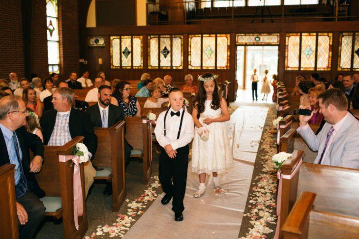 niños entrando a iglesia en boda