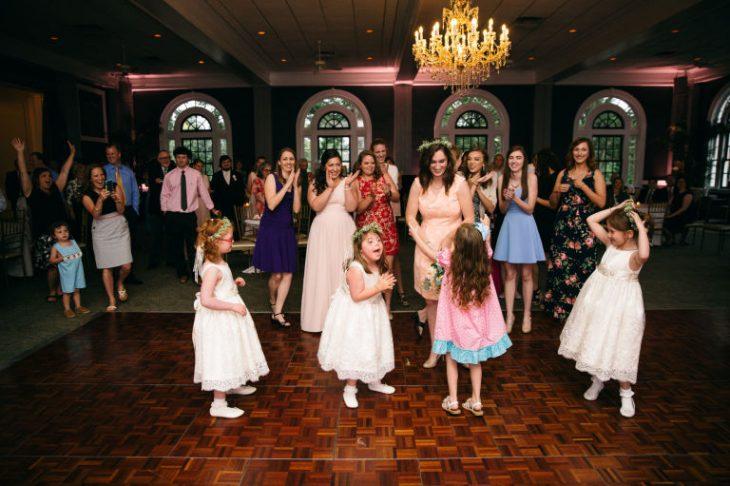 grupo de niños bailando en pista durante boda