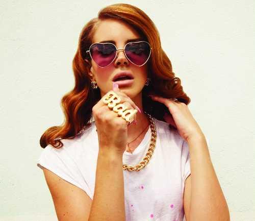 Lana del Rey con lentes de corazón.