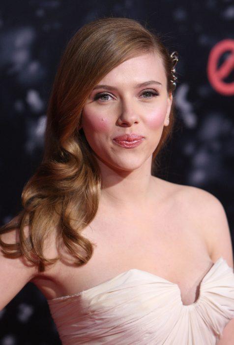 Scarlett Johansson durante una alfombra roja.