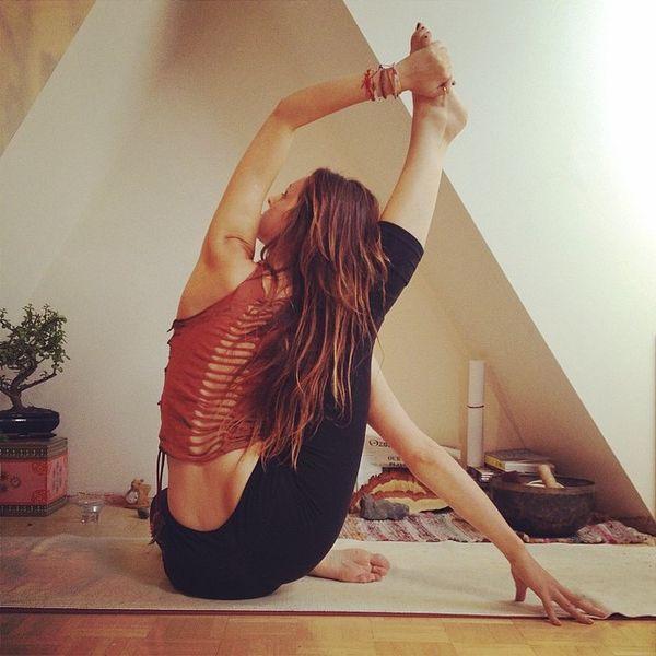 Chica sentada en una sala practicando yoga