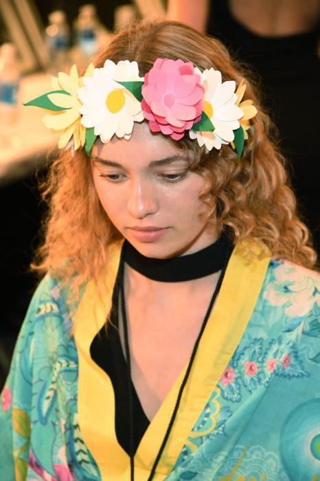 Modelo con corona de flores.
