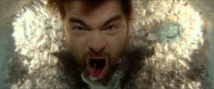 Hombre gritando en una tina con hielos.