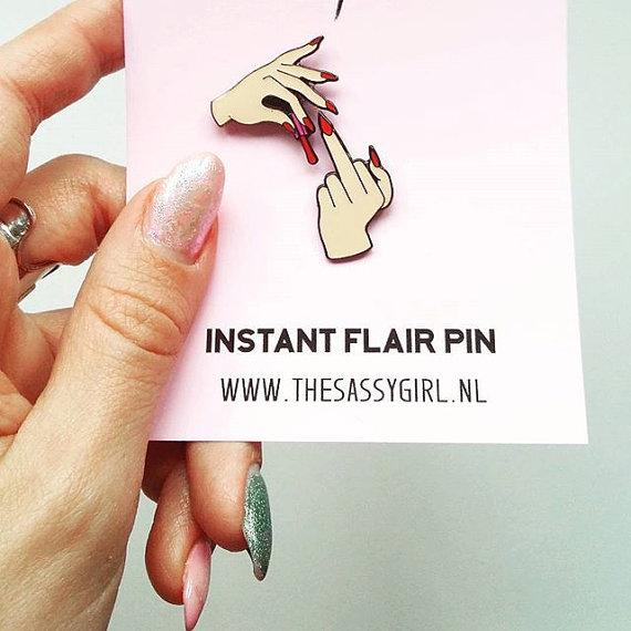 pin de manos pintandose las uñas