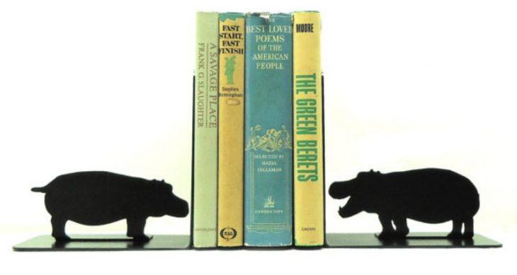 topes de libros en forma de hipopotamo