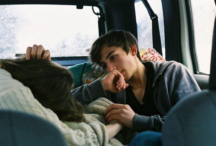 pareja en coche acostados
