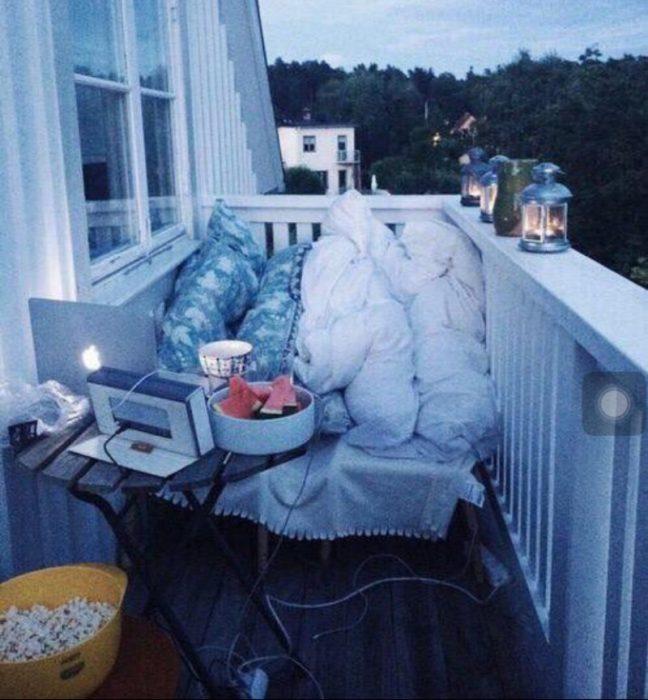 rincon de terraza con cobijas y laptop
