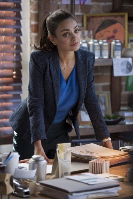 Mila Kunis en escena de película.