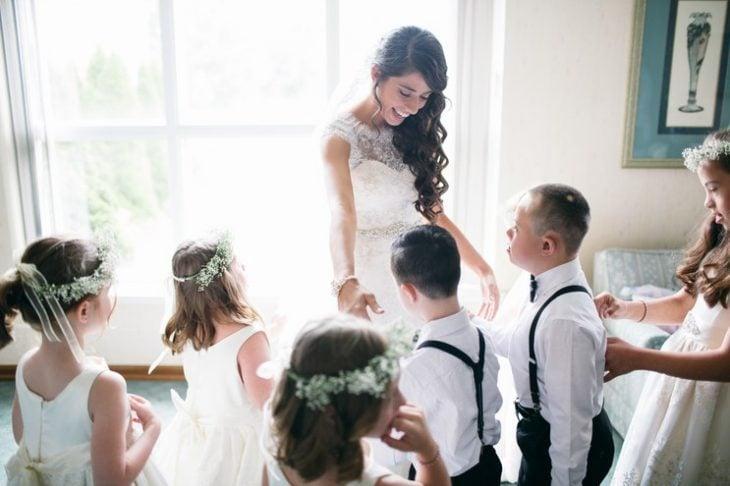 mujer con vestido de novia y niños