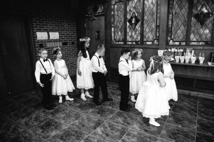 niños en un salon de iglesia