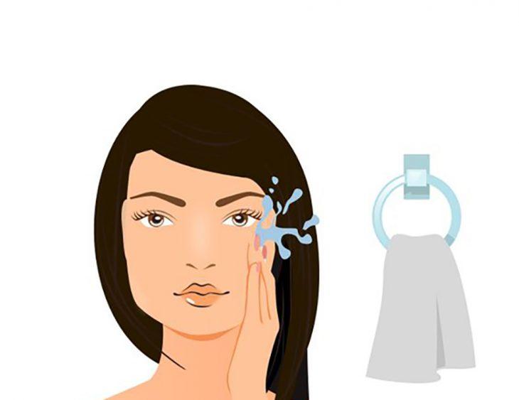 Ilustración de mujer lavando su cara.