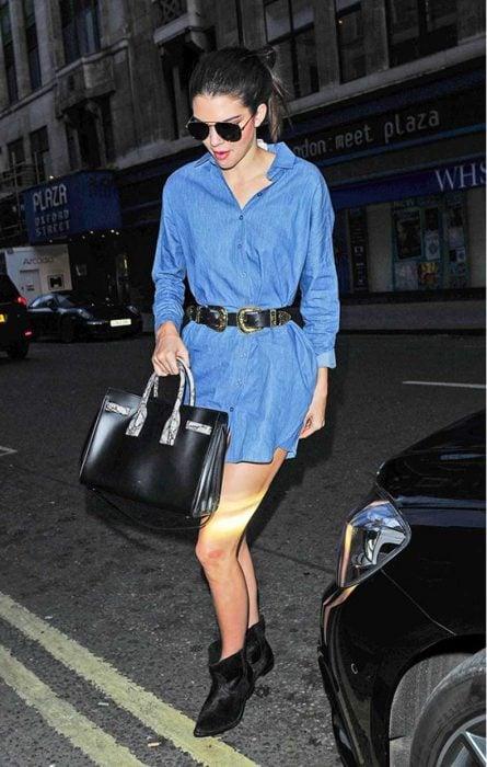mujer con vestido de camisa de mezclilla