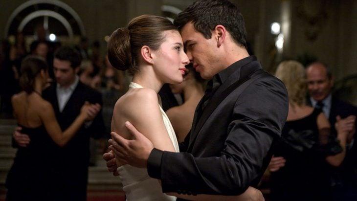 pareja abrazándose y mirándose a los ojos