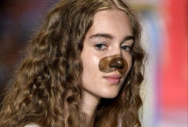 Modelo con nariz de perro.