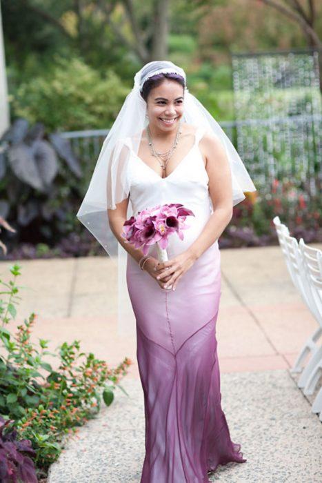 novia con vestido blanco y rosa deslavado