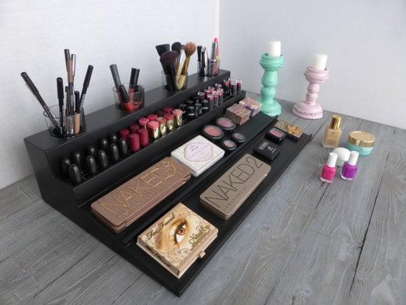 Organizador de maquillaje colocado sobre un mueble