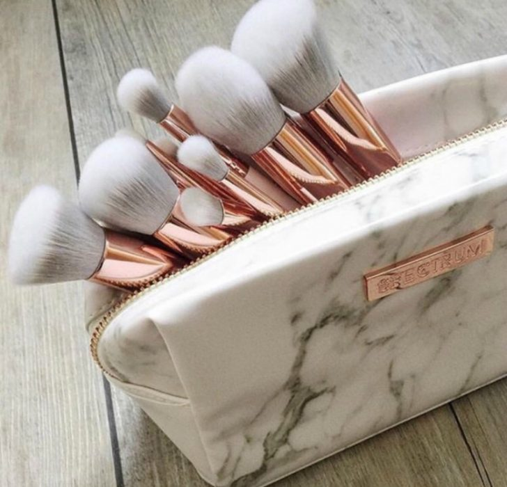 cosmetiquera blanca con textura de marmol