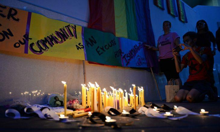 velas en la pared con banderas de arcoiris