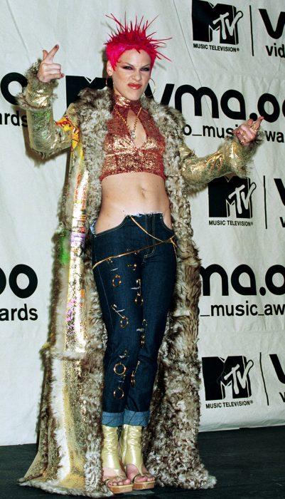 mujer con jeans rotos y abrigo de peluche