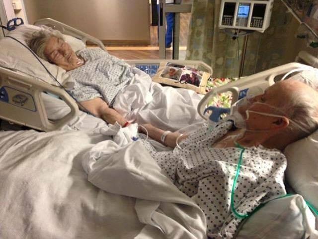 pareja de ancianos en hospital tomados de la mano