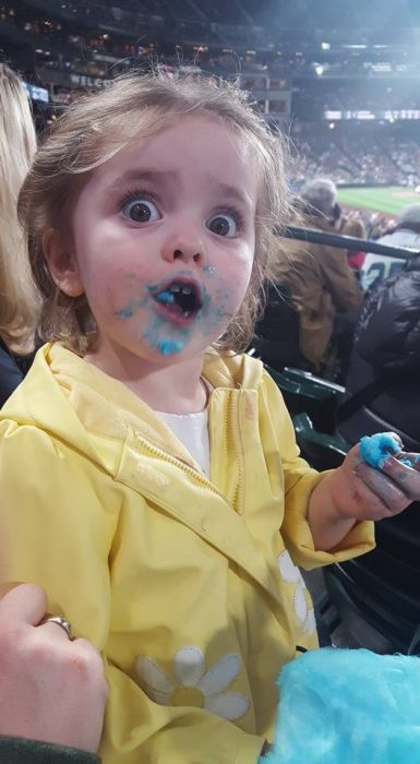 Beatrix hart comiendo algodón de azúcar.