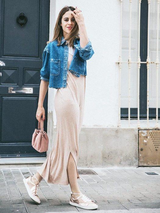 mujer con vestido largo y chamarra de mezclilla