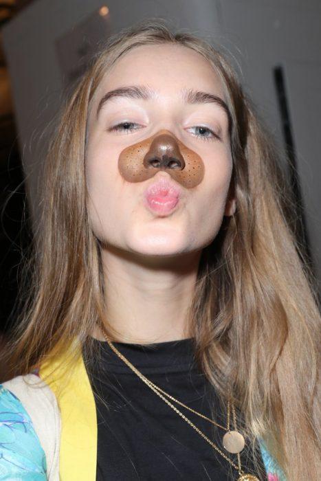 Modelo con cara de filtro de perro de Snapshat.