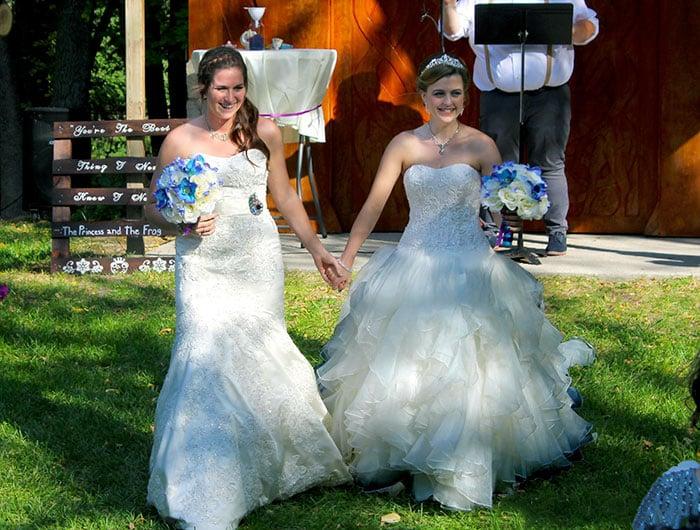 pareja mujeres gay con vestidos de novia