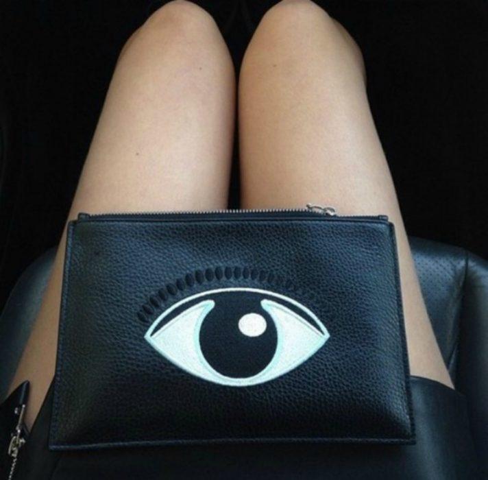 cosmetiquera negra con ojo