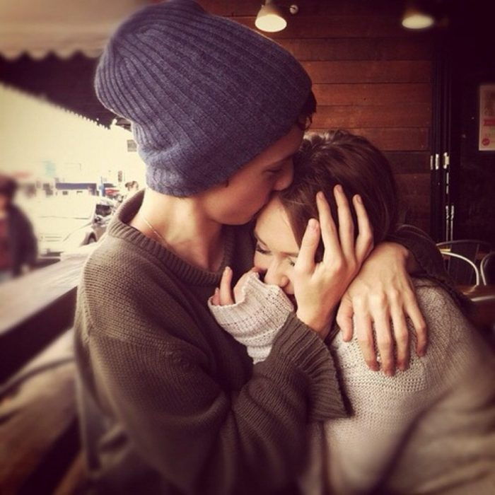 chico abrazando y acariciando a chica