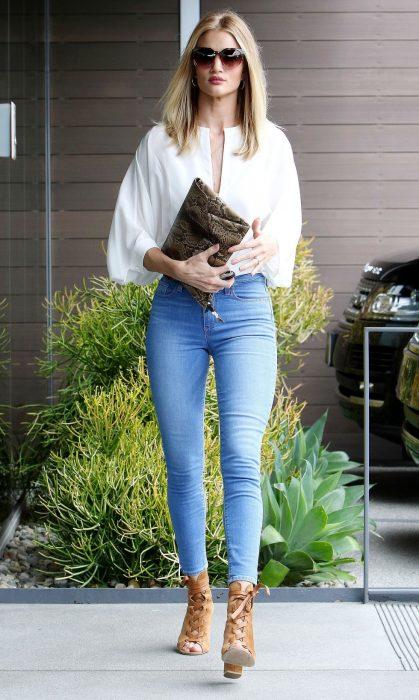 mujer con botas y pantalones de mezclilla