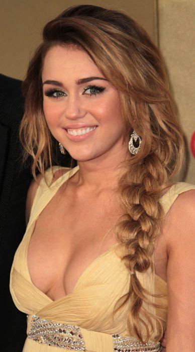 Miley Cyrus con una trenza de lado.