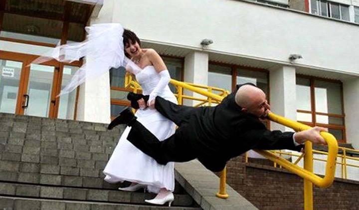 Hombre agarrado de los barrotes para huir al matrimonio.