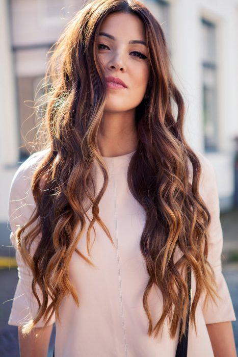 Chica con cabello largo.