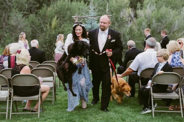 Fotos de la dama de honor cargando el perro.
