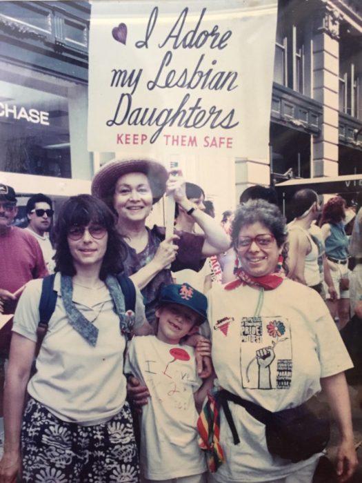 mujeres en manifestación con cartel