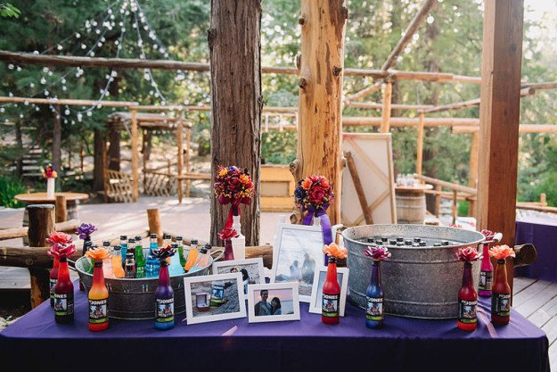 Mesa con detalles de la boda.