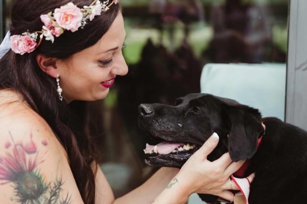 La novia sonriendo a su perro Charlie.